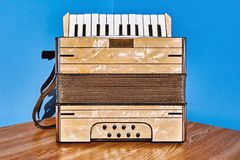Oude Harmonika op de Lijst stock afbeelding
