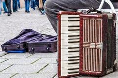 Oude harmonika slechte musicus stock afbeeldingen