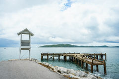 Oude haven met houten vuurtoren Royalty-vrije Stock Afbeelding