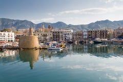 Oude haven van Kyrenia, Eiland Cyprus, met de oude vuurtoren in mening Stock Fotografie