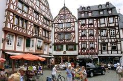 Oude helft-betimmerde huizen in toeristentoevlucht Bernkastel Royalty-vrije Stock Foto
