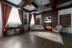 Oude het bestuderen ruimte met stoffenleunstoelen en houten lijst Klassieke die boekenkast met boeken wordt gevuld fireplace royalty-vrije stock foto