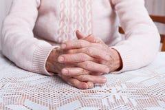 Oude het bidden handen De holdingshanden, bekijken horizontaal van voorzijde Stock Afbeeldingen