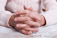 Oude het bidden handen De holdingshanden, bekijken horizontaal van voorzijde Royalty-vrije Stock Fotografie