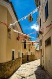 Oude het lopen smalle straat van Palma de Mallorca stock afbeeldingen