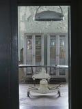 Oude het onderzoeken lijst in het gevangenisziekenhuis Royalty-vrije Stock Foto's