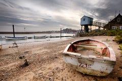 Oude het roeien boot en vooruitzichttoren op strand Royalty-vrije Stock Afbeelding