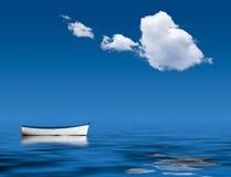 Oude het roeien boot marooned op zee Royalty-vrije Stock Afbeelding