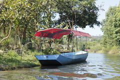 Oude het roeien boot op de rivier Royalty-vrije Stock Fotografie