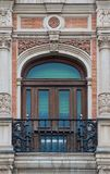 Oude het venster en het balkon Spaanse stijl van het baksteenornament met gipspleisterdecoratie royalty-vrije stock foto