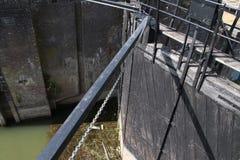 Oude historische die sluisinstallatie van rivier IJssel aan de stad van Zwolle in Nederland, tegenwoordig als monument wordt gebr Stock Foto's