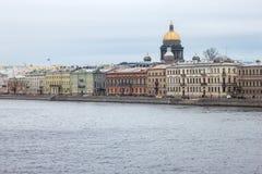 Oude historische gebouwen op de Engelse Dijk van vroeger genoemd Leningrad van Heilige Petersburg royalty-vrije stock afbeelding