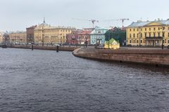 Oude historische gebouwen op de Luitenantschmidt Dijk van vroeger genoemd Leningrad van Heilige Petersburg stock afbeelding