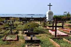 Oude historische katholieke begraafplaats op de kust Stock Foto's