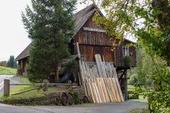 Oude historische zaagmolen in het bos stock foto