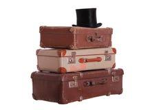 Oude hoed bovenop gestapelde koffers royalty-vrije stock fotografie