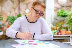 Oude hogere vrouwen die pret het schilderen in kunstklasse hebben openlucht royalty-vrije stock foto's