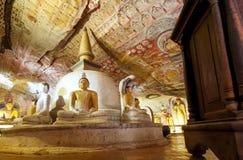 Oude holtempel met het zitten in de cijfers van meditatiegautama buddha en geschilderde muren en fresko Stock Foto