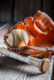 Oude honkbalbal en gouden handschoen Royalty-vrije Stock Fotografie