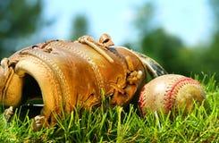 Oude honkbalhandschoen en bal Stock Afbeeldingen