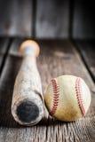 Oude honkbalknuppel en Bal Stock Foto's