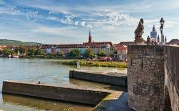 Oude Hoofdbrug en de dijk van Wurzburg - Duitsland Stock Foto