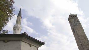 Oude horlogetoren en minaret van de moskee van Gazi Husrev stock video