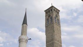 Oude horlogetoren en minaret van de moskee van Gazi Husrev stock videobeelden