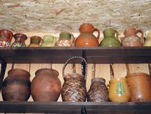 Oude housewares op de plank stock afbeeldingen
