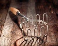 Oude hout en metaalaardappelstamper Royalty-vrije Stock Foto