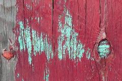 Oude houten achtergrond met overblijfselen van stukken schroot van oude verf op hout Textuur van een oude boom, raad met verf, ui Royalty-vrije Stock Foto's