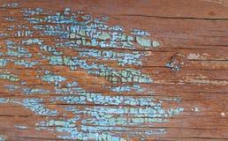 Oude houten achtergrond met overblijfselen van stukken schroot van oude verf op hout Textuur van een oude boom, raad met verf, ui Royalty-vrije Stock Fotografie