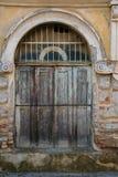 Oude houten antieke deur, een deel van de antiquiteit verlaten bouw stock afbeeldingen