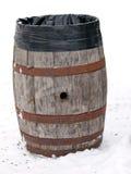 Oude houten baril die als huisvuilcontainer opnieuw wordt gebruikt Stock Afbeeldingen
