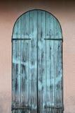 Oude houten blauwe deur Stock Afbeeldingen