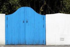 Oude houten blauwe gateway Stock Foto's