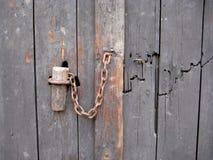 Oude houten blauwe grijze de deurscharnier van de houtdeur stock afbeeldingen