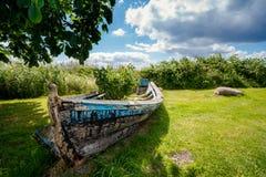 Oude houten boot aan wal stock fotografie