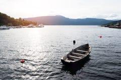 Oude houten boot in de fjord van Noorwegen Royalty-vrije Stock Foto's