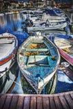 Oude houten boot door de promenade in Stintino stock fotografie