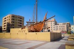 Oude houten boot genoemd een Dhow buiten het museum van Doubai in de V.A.E stock foto's