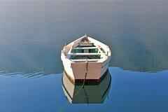 Oude houten boot het meer Stock Fotografie