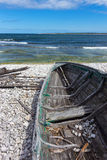 Oude houten boot op de kust Stock Fotografie
