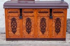 Oude houten borst met gesloten aangestoken Stock Foto