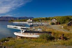 Oude houten boten en dokken, historisch gouden spoeddorp van Atlin Stock Foto's