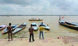 Oude houten boten op de bank van Ganges Stock Foto's