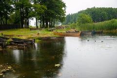 Oude houten boten op de kust van het meer Stock Foto's