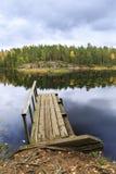 Oude houten brug in een meer in de herfst Royalty-vrije Stock Foto