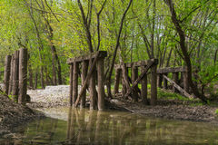 Oude houten brug in het hout Royalty-vrije Stock Fotografie