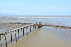 Oude houten brug in het overzees stock afbeeldingen